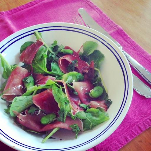 Eenvoudige slaai van boerbone en Spaanse ham
